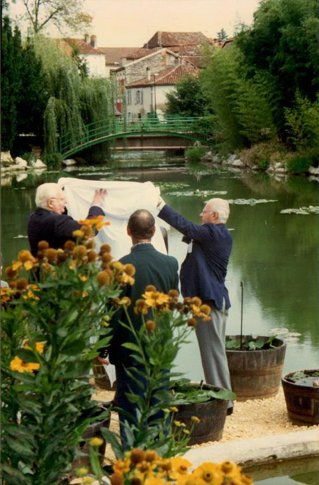 1996 France_The Laydeckers unveiling new Marliac sculpture, Ray Davies looking on